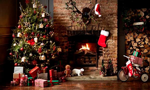 Коледна картичка с коледна елха и камина