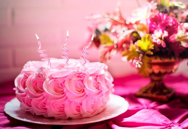 Картичка за рожден ден с торта и цветя