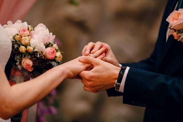 Сватба, младоженци си разменят пръстени, сватбен букет