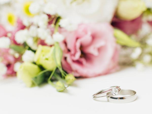 Сватбени пръстени, букет от рози